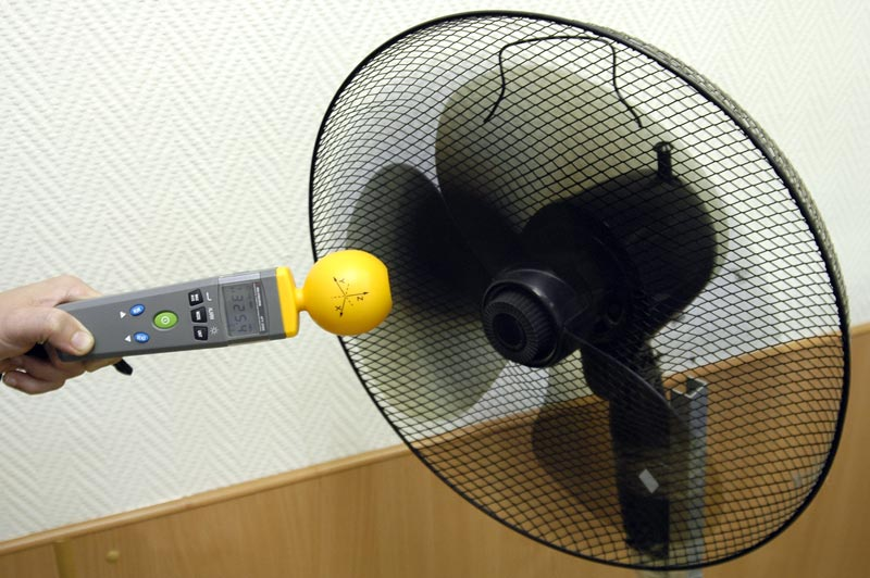 Измеритель уровня электромагнитного фона АТТ-2592 - Измерение напряженности электрического поля включенного вентилятора. Максимальное значение составляет 325,4 мВ/м